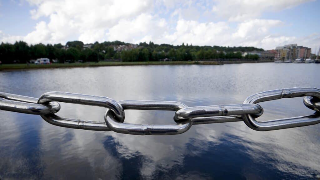 Kæde med flere led med. Photo by Mike from Pexels en sø i baggrunden